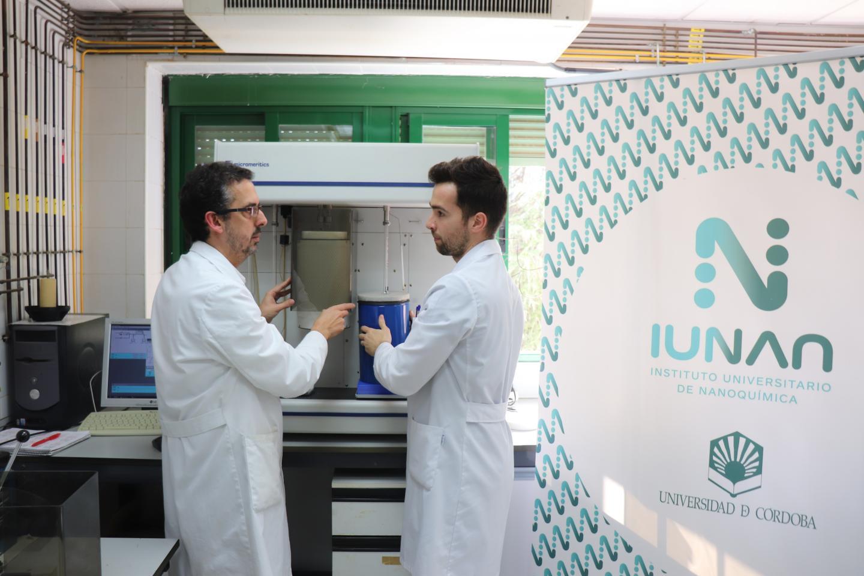 Álvaro Caballero(left.) and Fernando Luna,  working in the laboratory