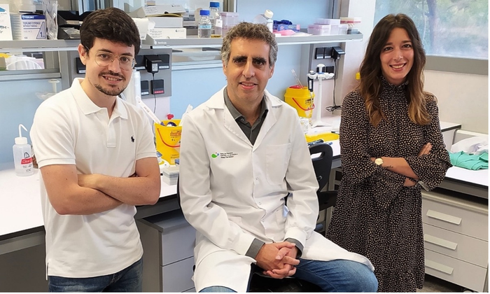 The two first authors of the article, Carlos García-Prieto and Lorea Villanueva, with the director of the study, Dr. Manel Esteller.