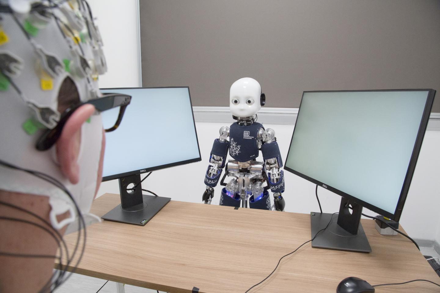 Difference in attitudes towards humanoid robots can be correlated with brain activity, measured by electroencephalogram (EEG).