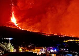 Eruption of Cumbre Vieja at night: Glowing sky over La Palma.