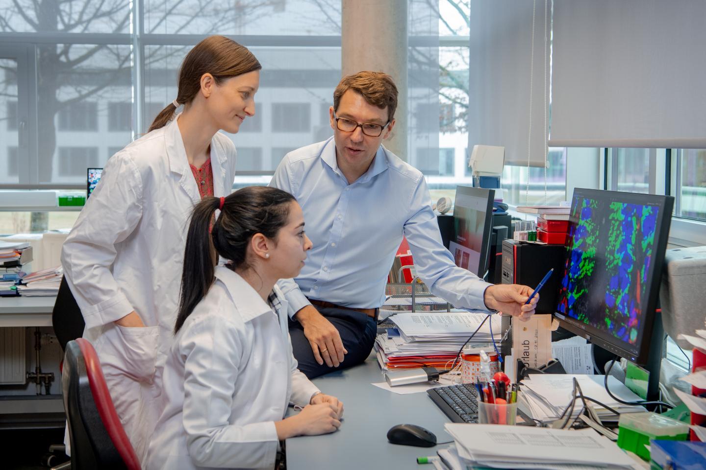Prof. Haller, Dr. Eva Rath and Dr. Amira Metwaly diskutieren ihre Ergebnisse.